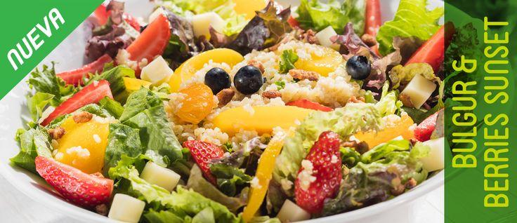 Bulgur & Berries Sunset. Bulgur, mora azul, fresa, mandarina, durazno, nuez caramelizada, lechuga italiana y sangría, queso mozarella y aderezo de Vinagreta de Fresa-Mora Azul.
