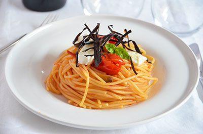 Spaghetti melanzane pomodorini e bufala