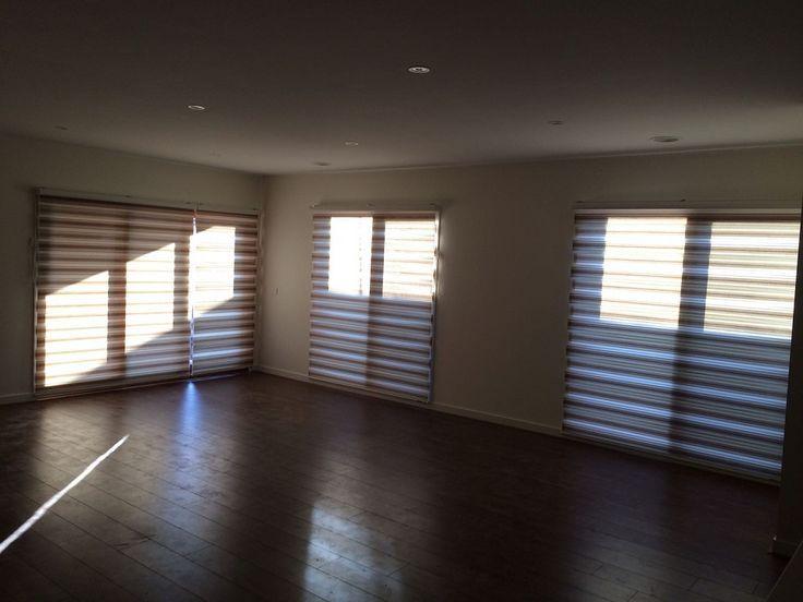 Die Zebra-Jalousien im Wohnzimmer sind mit majestätischen Vorhängen und Jalousien verziert.   – Vorhang