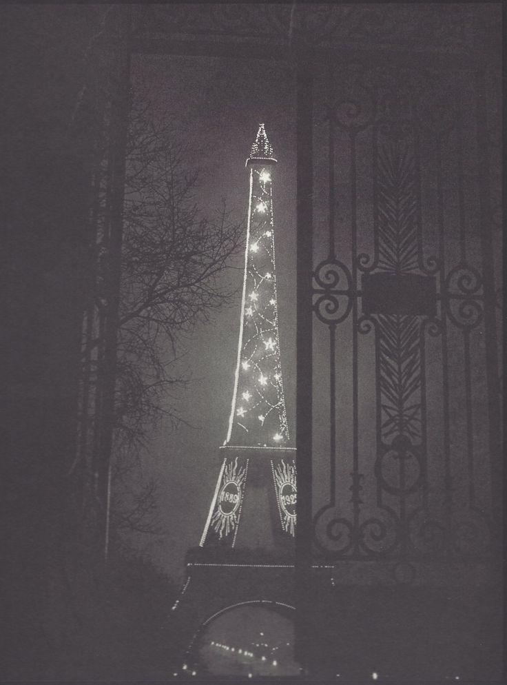 La Tour Eiffel encadrée dans une porte du Trocadéro, 1933. Photo: Brassaï.