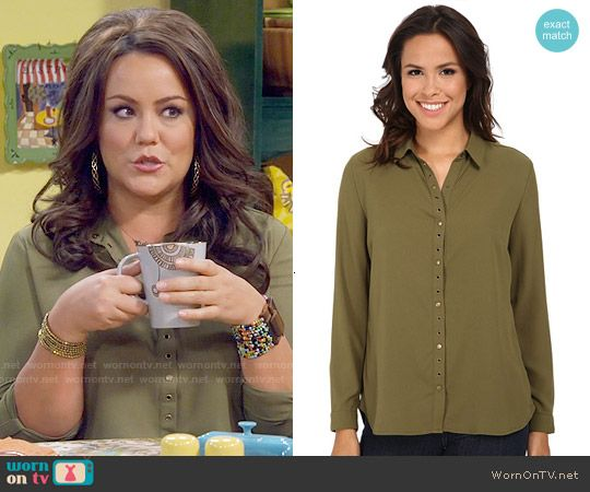 Victoria's green button front shirt on Mike and Molly.  Outfit Details: https://wornontv.net/56203/ #MikeAndMolly