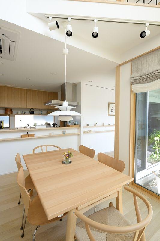 S-K house:吹き抜けに開放感を感じるダイニング。スポット照明で壁を照らし部屋全体を明るくします。