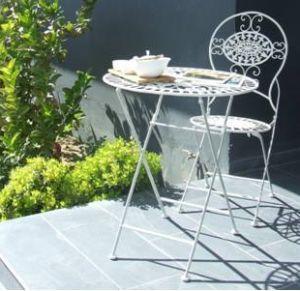 Las mesitas y sillas de fierro, también plegables, no ocupan espacio mientras juegan los niños pero, en un dos por tres, convierten la terraza en un espacio íntimo para la conversación.