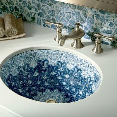 Waschbecken-in-Blau-und-Weiß