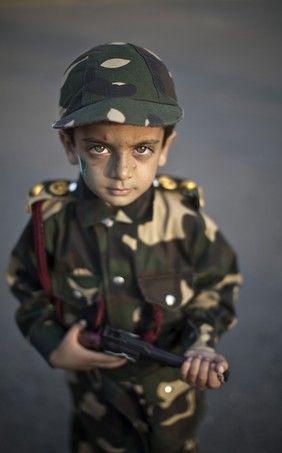 Com trajes militares e arma de brinquedo nas mãos, o menino paquistanês Harris Khan, de quatro anos, participa de passeata pelos 67 anos da Independência do Paquistão, em Islamabad http://epoca.globo.com/tempo/fotos/2014/08/fotos-do-dia-14-de-agosto-de-2014.html Crédito: AP Photo/Muhammed Muheisen