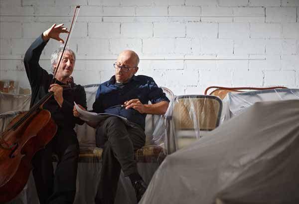 """""""#Verdi, narrar cantando"""" di Marco #Paolini e Mario Brunello. In foto: Mario Brunello, Marco Paolini. Foto di Giulio Favotto-Otium. #Teatro Storchi, #Modena, dal 28 novembre all'1 dicembre 2013"""