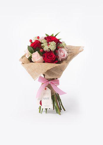 LOVEY | Çaprazlama tekniğiyle açık bağlanmış Rose Freedom kırmızı güller, Sweet Avalanche pembe güller, hypericum, million stars astranthe, ruskos. | Bloom and Fresh