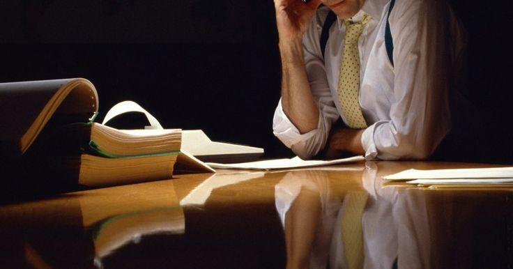 Descripción del trabajo de un asistente de cuentas por cobrar. El departamento de cuentas por cobrar es el departamento de contabilidad de una empresa que se preocupa por el dinero adeudado a la empresa por los bienes o servicios. El asistente de cuentas por cobrar es responsable de las funciones del día a día en este departamento.