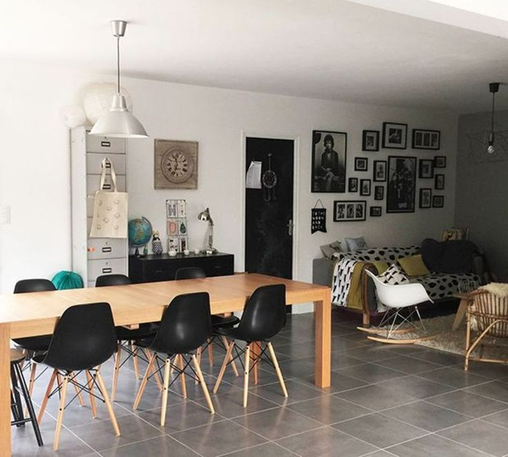 salle a manger avec grande table bois et chaises eames noires coin salon sol - Salle A Manger Grande Table