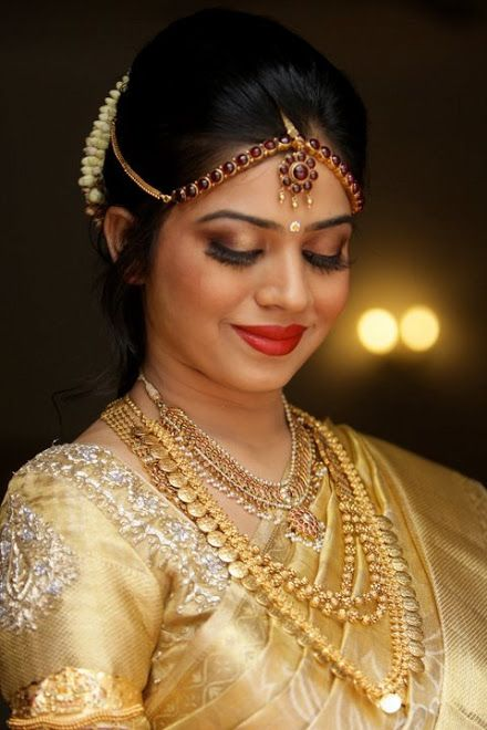 Traditional Southern Indian bride wearing bridal saree, jewellery and hairstyle. #IndianBridalMakeup #IndianFashion