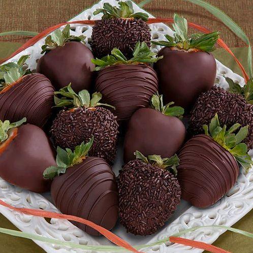 Frutillas de chocolate con hojas naturales.