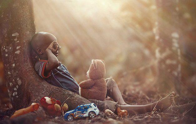 Ser criança é viver em um universo à parte, em que bolhas de sabão podem ser naves espaciais, dinossauros existem e tudo, absolutamente tudo, é possível. A pureza e a alegria dos pequenos é contagiante e revigorante – praticamente terapêutico! Há alguns meses, quando o fotógrafo Adrian McDonald estava fotografando plantas e animais em seu quintal e observou um grupo de crianças brincando na casa ao lado, não resistiu e, desde então, tem trabalhado em uma série incrível, em que retrata de…