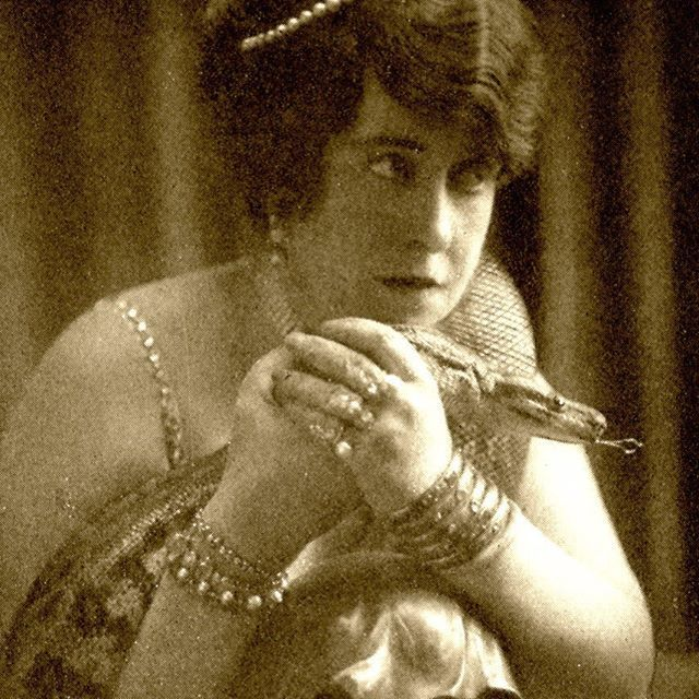 American socialite Aimée Crocker was know for her bohemian lifestyle, extravagant parties, and bizarre collections. Among them: tattoos, snakes, husb…