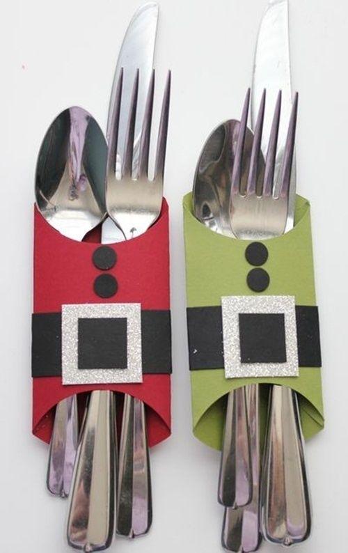 ¡Que los cubiertos de tu mesa luzcan originales durante la cena de Navidad! Puedes usar cartulina de colores o forrar papel caple con papel américa del tono que prefieras.