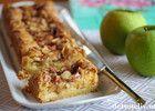 """Eplekake og vaniljekrem er en suveren kombinasjon! Denne kaken er klassisk, men likevel spennende og utrolig god på smak! Se også oppskrift på """"Eplebiter med vaniljekrem"""" og """"Eplekake med krydder og vaniljekrem""""."""