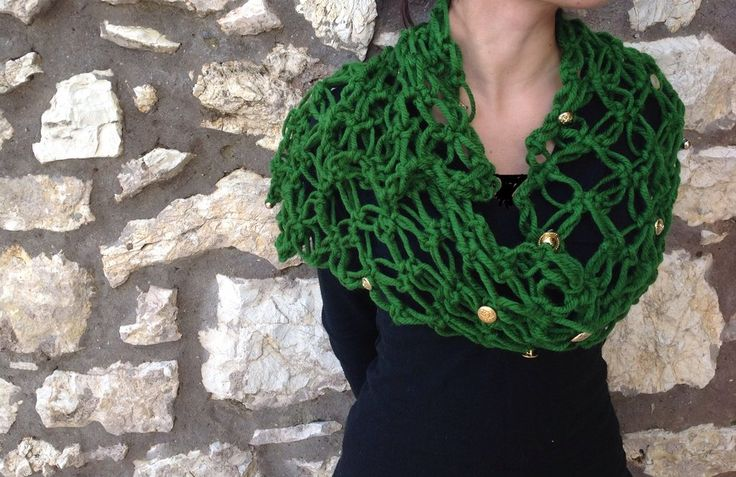 Sciarpa in lana verde e bijoux in oro