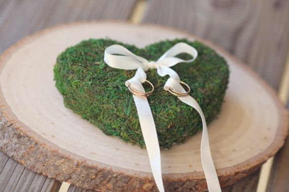Wedding moss ring pillow Heart' von VVDesignsShop auf Etsy, $27.99