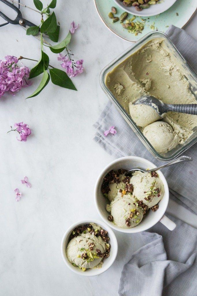 Cette crème glacée vegan ne contient ni produit laitier, ni sucre raffiné et se prépare facilement au mélangeur! Riche, onctueuse et absolument décadente!