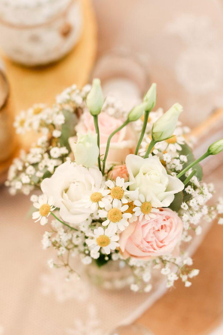 Blumen bei der Tischdeko mit Rosen, Schleierkraut und Gänseblümchen  Foto: Marco Hüther