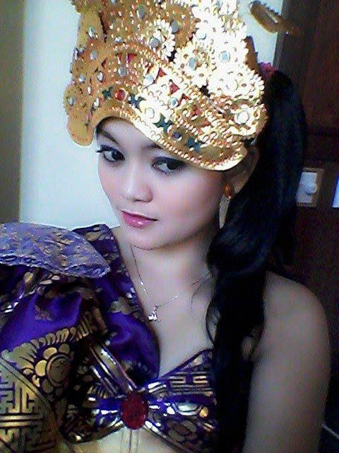 Nie Moenil. Penari Tradisi. Sunda. STSI Bandung.