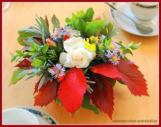 @vontagzutagmari Herbstliche Tischdeko in der Blumenschale mit Steckschwamm. Eine  letzte weiße Rose umgeben von Efeu, Weinlaub, Lavendel, Astern und Buchsbaum. http://vontagzutag-mariesblog.blogspot.co.at/