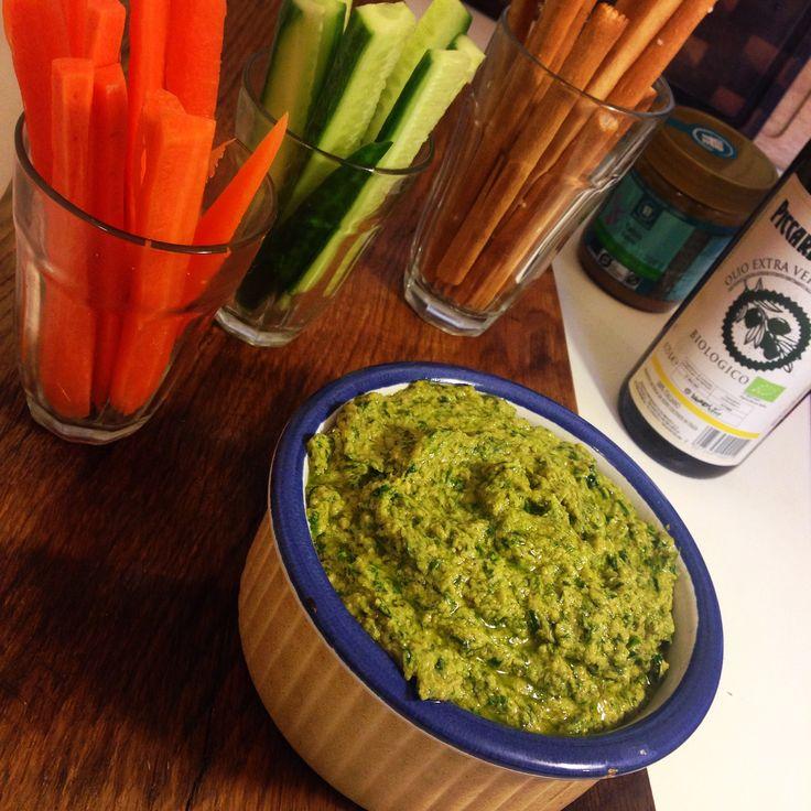 Opskrift til lækker hummus med ramsløg. Smager fantastisk og giver en flot grøn farve i stedet for den kedelige brune farve fra almindelig hummus.