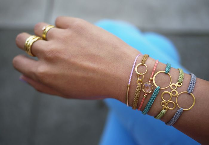 weihnachtsgeschenke basteln, dünne armbänder aus faden dekoriert mit goldenen elementen