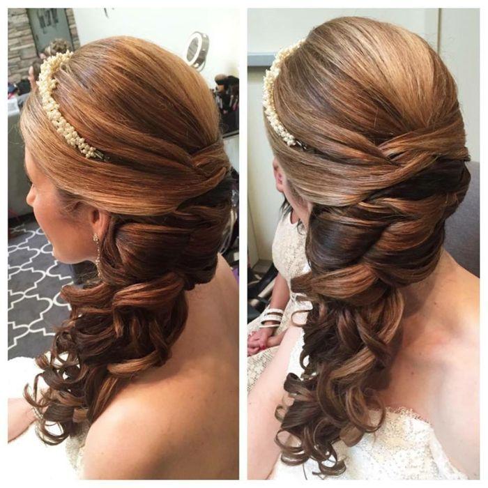 Flechtfrisur mit Volumen und Locken als Hochzeitsfrisur, Haarschmuck Diadem aus kleinen Perlen