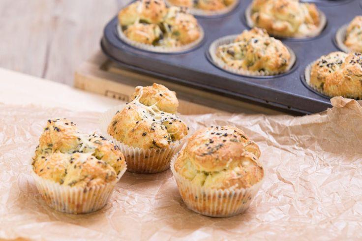 Parmazánové muffiny a česnekem jsou skvělé k dipu, salátu nebo jako příloha k lehkému hlavnímu jídlu.