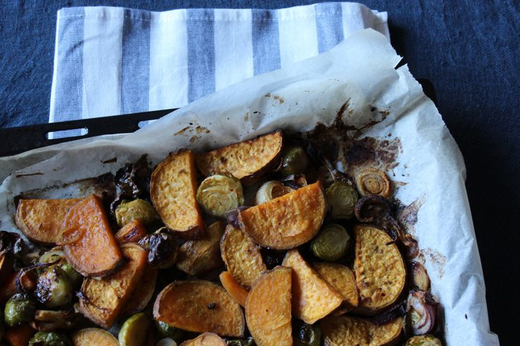 Delicious maple roasted sweet potatoes and brussels sprouts / Batata doce e couve de bruxelas assadas no forno com xarope de acer