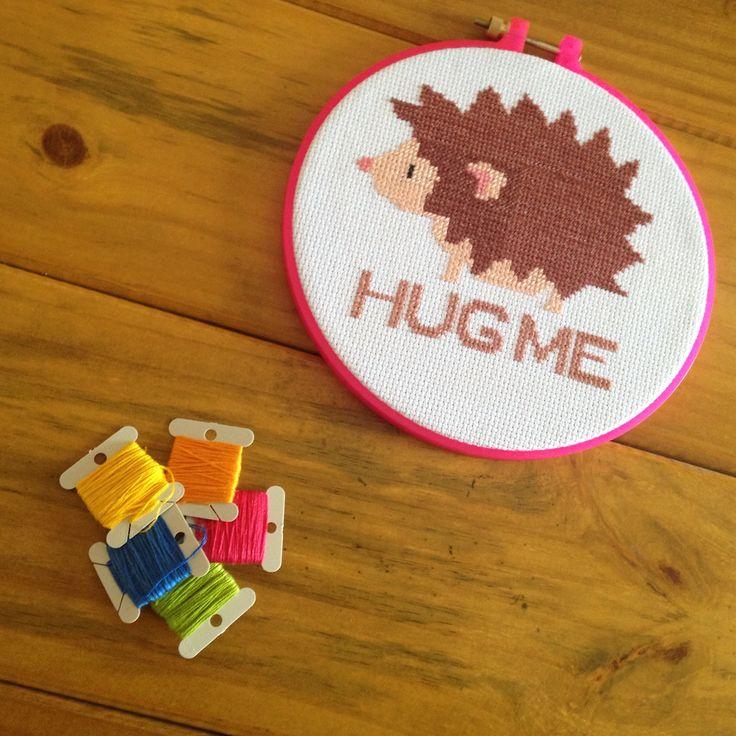 hug me - bordado manual com tecidos e linhas em 100% algodão, bastidor em plástico com 20cm de diâmetro.