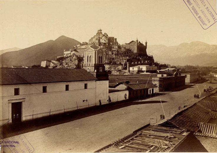 Irreconocible: Alameda y Cerro Santa Lucía en 1874. En primer plano, el Monasterio de Santa Clara, edificio que funciona hasta 1913 y demolido para la edificación de la actual Biblioteca Nacional de Chile.
