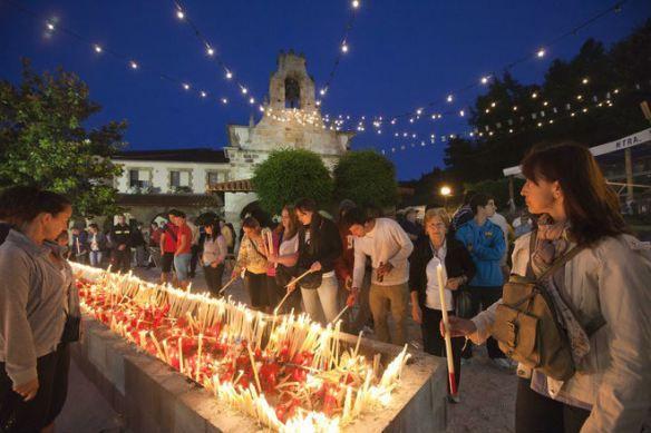 Festividad de la Virgen del Carmen, en Revilla de Camargo. Encendido de velas.