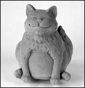 Mi piace molto questa statua di un gatto perché  sembra felice. Mi fa sorridere.
