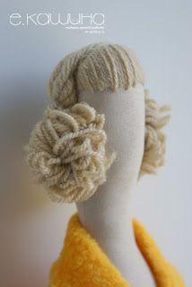 Montagem do cabelo e maquiagem Aqui ela usa a técnica de introduzir um pedaço de arame na cabeça da boneca p...