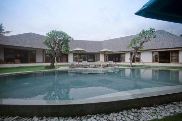 Superb Villa Freehold/Hak Milik on 10 are of Prime Land in Pererenan, Canggu.  PRICE = was = $1,000,000 USD now = $850,000 USD = currently 28/4/2017 11.3 Billion IDR.  This superb villa is located in Canggu, Bali and represents an ideal investment opportunity. The Colonial Style villa has 3 bedrooms ideally positioned in a 400 sqm building area and is equipped with tasteful furnishings and finished with beautifully recycled teak wood.  For more info & photos, please visit…