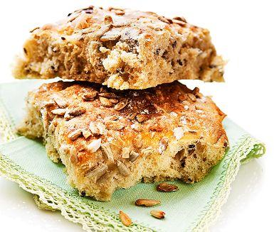 Sätt degen till det här smakfulla, kalljästa brytbrödet på kvällen. Grädda på morgonen dagen efter och känn lyxen av nybakat till frukost. Linfrön och solrosfrön i brödet ger extra karaktär och gott crunch.