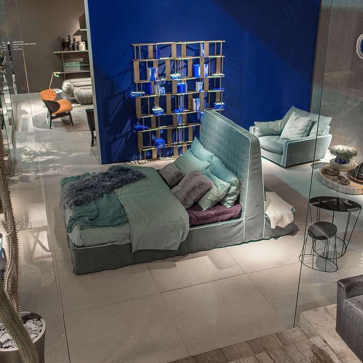 Вот такой интересный вариант организации спальной зоны представила фабрика Baxter в этом году на ISaloni2016 . Изголовье кровати служит спинкой для дивана ! by flatsalon