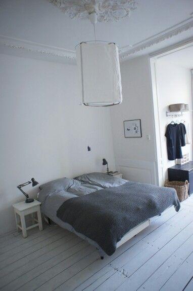 Minimalist bedroom styling via www.maisonlapin.nl