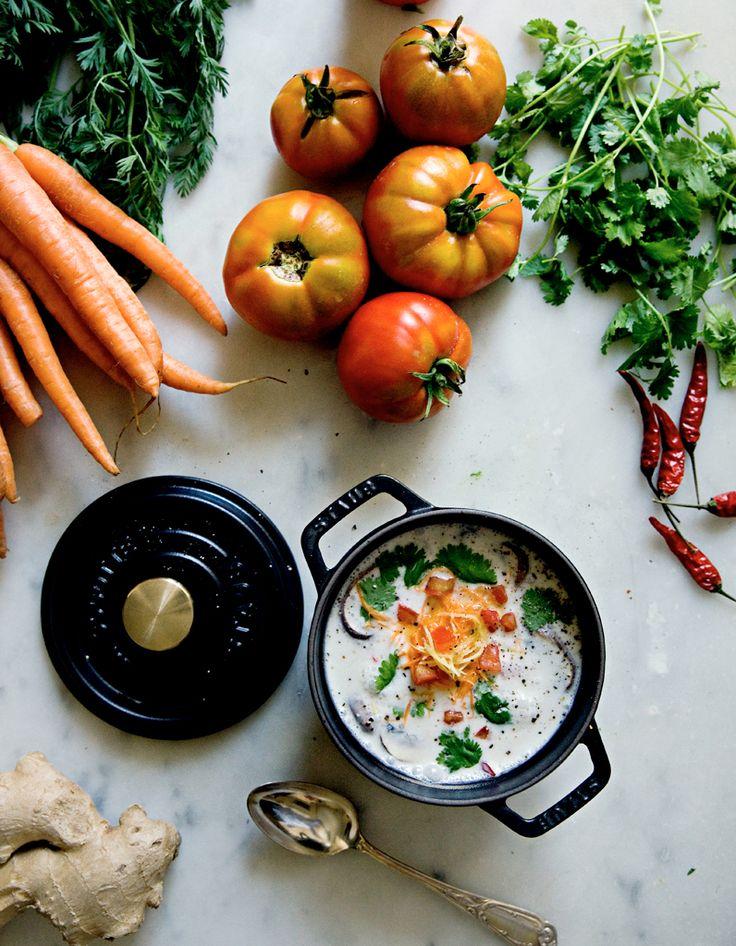 Recette Soupe thaïlandaise Tom Kha Gai : Faites bouillir le bouillon de volaille dans une casserole, ajoutez les escalopes de poulet coupées en tranches, les lamelles de gingembre, la citronnelle coupée en tronçons, l'ail émincé et les feuilles de citron.Laissez mijoter à feu doux. Remuez d...