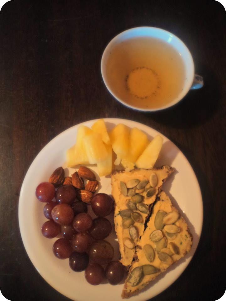 Hace desayunos diferentes!Té verde,tostadas integrales con hummus y semillas de zapallo (si todavía no las probaste,hacelo!) frutas y almendras.Si después de desayunar,te sentís pesado o cansado,es hora de cambiar tus hábitos.Tus alimentos te tienen que dar energía y no cansancio.BUEN DÍA!  https://www.facebook.com/photo.php?fbid=580345852043632&set=a.575114742566743.1073741832.558233894254828&type=3&theater