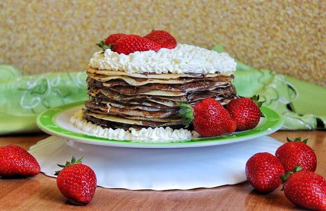 Przepisy Kulinarne: Tort naleśnikowy z czekoladą, bitą śmietaną i truskawkami