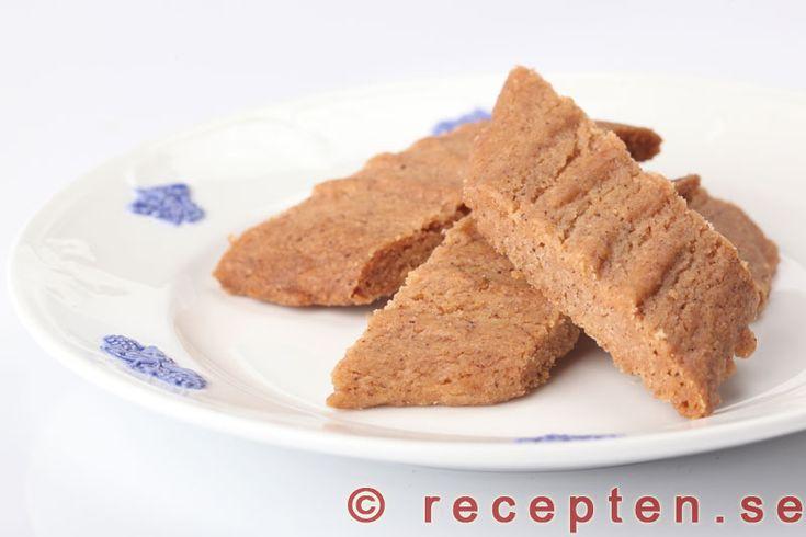 Kanelsnittar - Kanelsnittar är goda småkakor smaksatta med kanel och ev. muskotnöt. Enkelt recept på knapriga kakor som smakar lite åt pepparkakshållet.