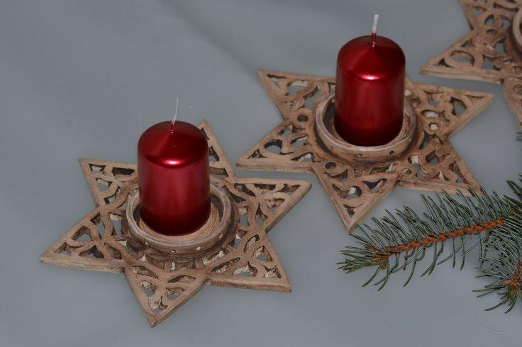 Vánoční svícen hvězda Vánoční svícen na svíčku z jemné keramické hlíny, ozdobně prořezávaný, patinovaný oxidem. Po obvodu středu na svíčku jsou dírky na doaranžování větvičkou nebo ozdůbkami. (Svíčka není součástí nabídky) Velikost: průměr hvězdy 16 cm  průměr na svíčku 4,5 cm