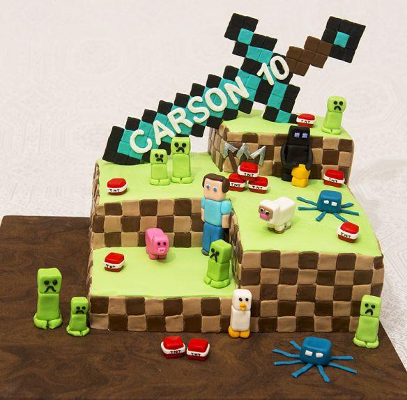 Gâteau vanille et chocolat, glaçage au beurre meringue suisse. Personnages de Minecraft en fondant. 80$