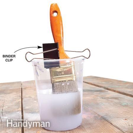 Ne laissez pas les poils touchent le fond bocal    Faites tremper les brosses de pétrole dans un solvant de nettoyage sans plier les poils de la brosse et de ruiner! Pince un clip liant moyenne ou grande autour de la poignée d'une brosse et écarter les bras pour couvrir un récipient de nettoyage afin poils de la brosse ne touche pas le fond.