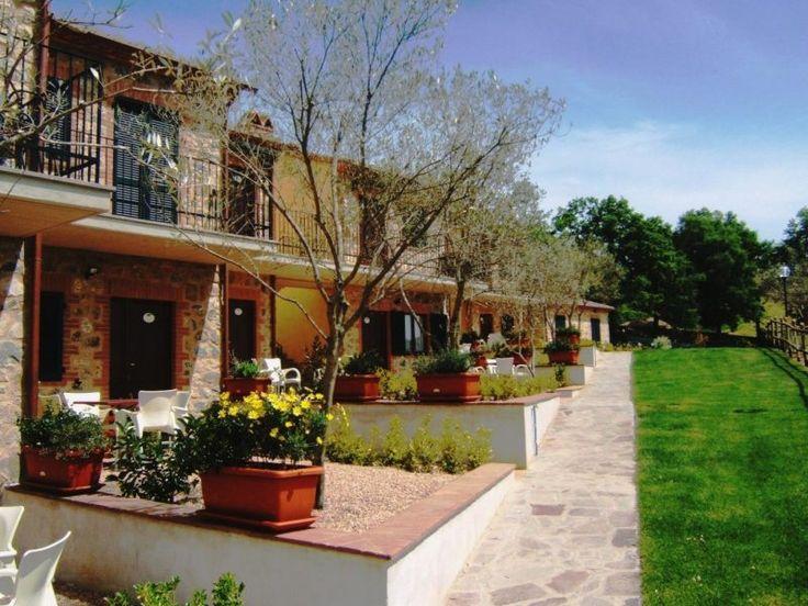 Deze agriturismo heeft twee prachtige zwembaden, ingebed in een weelderig groene tuin. Met ligstoelen, parasols en uitzicht op een typisch Toscaans dorpje.