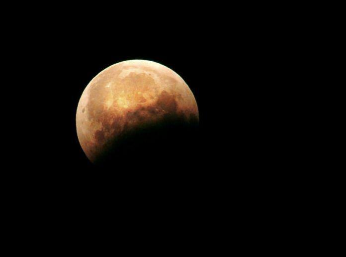 Сегодня, 31 января, мы станем свидетелямиуникального явления: одновременно состоятся суперлуние, полное лунное затмение и «голубая луна» — второе полнолуние за месяц. Каксообщили ЯСИА вИнституте…