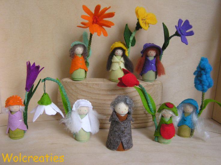 Kleine bloemenkindjes van hout en wolvilt