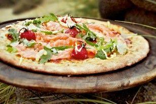 Das Rezept für Sansibar-Pizza mit Wildlachs, Tomaten und Rucola und weitere kostenlose Rezepte auf LECKER.de